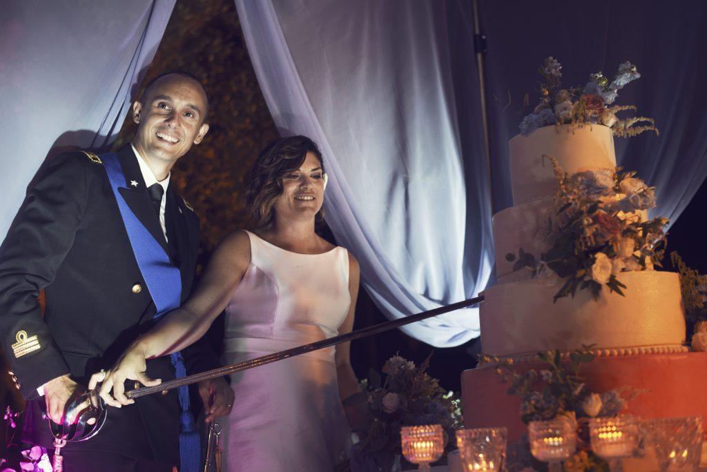 taglio torta matrimonio in blu